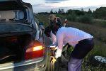 Мэр Варшавы помогает женщине поменять колесо
