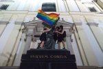 """В ночь со вторника на среду на главных варшавских памятниках появились радужные флаги. """"Это штурм, это атака"""", – пишут в своём манифесте ответственные за акцию."""