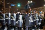 На Урсусе двое полицейских ворвались в квартиру и сняли польский флаг с молнией с балкона жильцов. Позднее к происходящему присоединились соседи и жандармерия.
