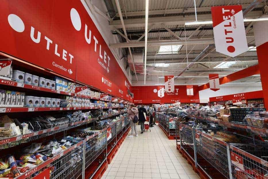 Осенью прошлого года сеть гипермаркетов Carrefour начала тестировать в своих магазинах новинку – аутлет-зоны. Идея понравилась покупателям и теперь такие зоны появятся ещё в двух филиалах сети.